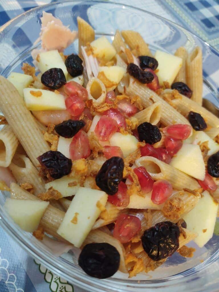 Ensalada de pasta integral con fruta y arándanos